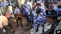 Rassemblement autour d'un groupe d'adolescentes de la tribu Sebeï, en Ouganda, juste après leur excision à Bukwa, au Nord-Est de Kampala (archives 2008)