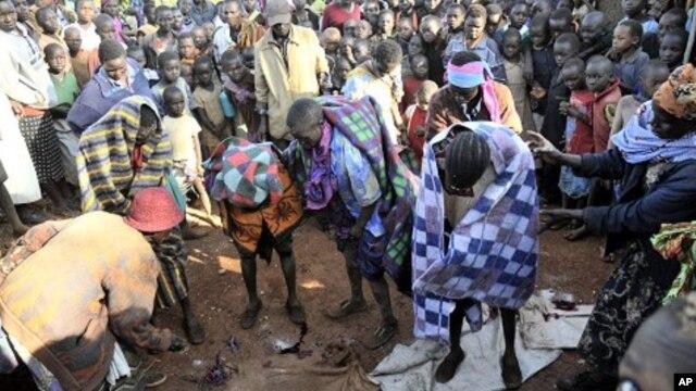 Warga suku Sebei di Uganda berkumpul untuk merayakan upacara khitan bagi anak perempuan (foto: dok). Diperkirakan sekitar 140 juta perempuan di dunia mengalami praktik khitan.