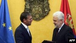 Šef Delegacije EU u Srbiji uručuje premijeru Mirku Cvetkoviću izveštaj Evropske komisije
