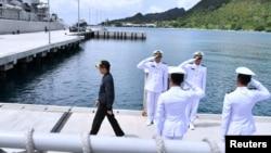印尼总统佐科·维多多视察纳土纳岛上的军事基地。(2020年1月8日)