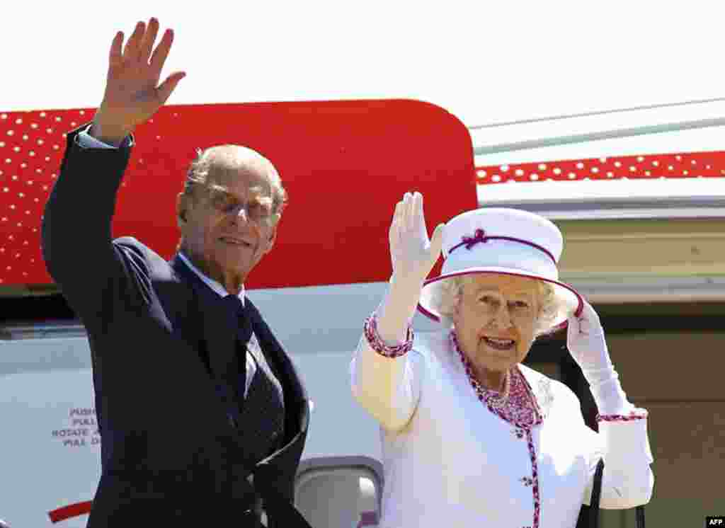 Britain's Queen Elizabeth and Prince Philip wave as they board a plane to depart Australia after an 11-day visit, in Perth October 29, 2011. (REUTERS)