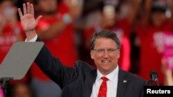 Pat McCrory, el gobernador republicano de Carolina del Norte busca la reelección frente al demócrata Roy Cooper, fiscal general del estado, quien le lleva una modesta ventaja.
