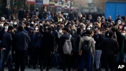 Manifestantes contra el gobierno de Irán en una protesta el 14 de enero de 2020 en la Universidad de Teherán.