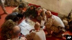 13 کو جاری ہونے والی اس تصویر میں امریکی اور افغان فوجی عہدے دار ایک فوجی کارروائی کی منصوبہ بندی کر رہے ہیں۔