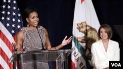 La primera dama, Michelle Obama, durante un acto de campaña, junto a la presidenta del Congreso, Nancy Pelosi