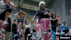 Para perempuan berolahraga di pusat olah raga Cartago, di timur San Jose, 10 Juli 2012, dalam kampanye hidup sehat.