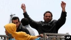 29이탈리아 해안경비대에 구조된 난민들이 배에서 내릴 준비를 하고 있다.