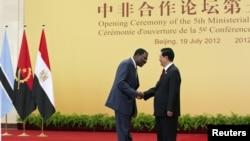 2012年7月19日在北京人民大會堂舉辦的第五屆中非合作論壇胡錦濤與一名非洲代表握手(資料照片)