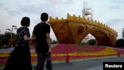 """人们走过中国北京的""""丝绸之路金桥""""(2017年5月10日)"""