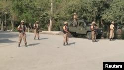 2016年9月2日巴基斯坦士兵在白沙瓦自杀炸弹现场警戒。