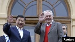 捷克总统泽曼(右)3月28日在首都布拉格附近的拉尼城堡欢迎来访的中国国家主席习近平。