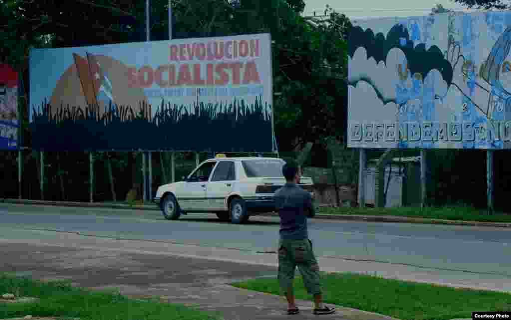 Khẩu hiệu cách mạng trên đường phố Havana (ảnh Bùi Văn Phú)
