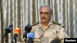 Komandan pasukan pemberontak Libya, Jenderal Khalifa Haftar, berbicara dalam konferensi pers di sebuah kelab olahraga di Abyar, Libya. (Foto: Dok)