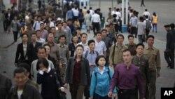 朝鲜平壤早高峰期间上班的人群。(2016年9月28日)