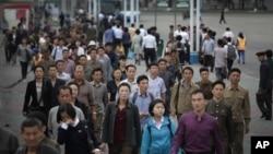 지난 28일 북한 평양에서 출근길 시민들이 지하철역으로 걸어가고 있다. (자료사진)