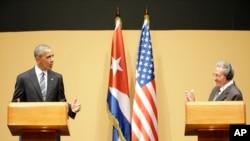 Le président américain Barack Obama au côté du président cubain Raul Castro, lors d'une conférence de presse à La Havane, Cuba, le 21 mars 2016.