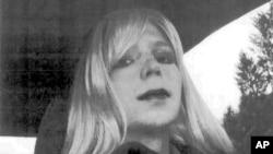 En 2010, Manning entregó al grupo WikiLeaks más de 700.000 documentos, videos, mensajes diplomáticos y descripciones de operaciones en el campo de batalla, por lo cual fue condenada a 35 años de cárcel.