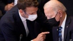 Presiden Prancis Emmanuel Macron berbicara dengan Presiden AS Joe Biden di sela KTT NATO di Brussel, 14 Juni 2021 (foto: dok).