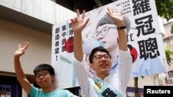 4일 열린 홍콩 입법회 선거에서 최연소 의원으로 당선된 네이선 로 데모시스토당 대표(오른쪽)가 지난 2014년 홍콩 민주화 혁명을 함께 이끌었던 조슈아 웡 학생대표와 지지자들을 향해 손을 흔들고 있다.