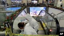 在美国佛罗里达州劳德代尔堡机场,工人清洁扶梯(2017年1月7日)