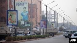 2016年1月16日布基纳法索一家豪华酒店附近被基地组织攻击后烧毁的车辆。
