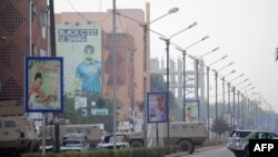 Des véhicules brûlés autour de l'hôtel Splendid de Ouagadougou, le 16 janvier 2016. (AFP / AHMED OUOBA)