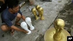 Bản sao những chiếc cúp vàng FIFA tại làng gốm sứ Bát Tràng, Hà Nội.