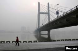 吉林松花江畔,有人在雾霾中行进(2014年2月)