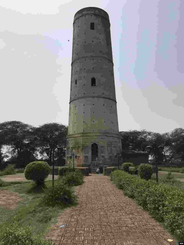 سن 1607 میں جہانگیر نے اپنے پالتو ہرن کی قبر پر مینار کی تعمیر کا حکم دیا اور تعمیراتی کام کی خود نگرانی کی۔