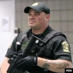 Policajac na ulici u Washingtonu