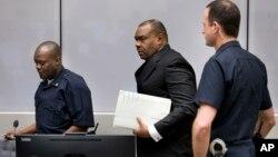 전쟁 범죄와 반인도주의 범죄 혐의로 기소된 장-피에르 벰바 전 콩고민주공화국 부통령(가운데)이 21일 네덜란드 헤이그의 국제형사재판소(ICC)에 출두했다.