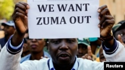 Un membre du groupe de manifestants proteste à l'extérieur du QG de l'ANC, à Johannesburg, le 5 septembre 2016.