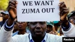 Un membre du groupe de protestants manifeste à l'extérieur du QG de l'ANC, à Johannesburg, le 5 septembre 2016.
