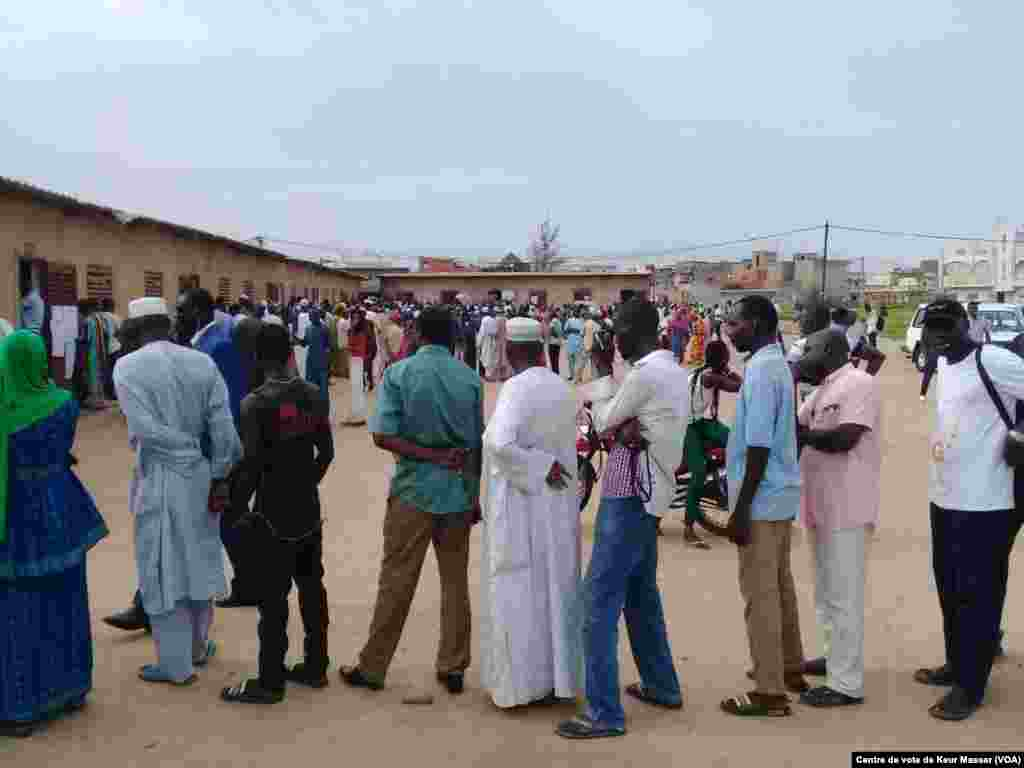 Des Sénégalais attentent pour aller voter dans le département de Pikine, au Sénégal, le 30 juillet 2017. (VOA/Centre de vote de Keur Massar)
