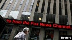 پوسترهای اورایلی بر پنجرههای شبکه خبری فاکس در خیابان ششم نیویورک