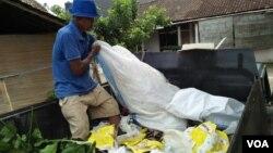 Segala macam jenis sampah dibuang warga tanpa dipilah dari rumah, Yogyakarta, 27 Desember 2017. (VOA/Nurhadi Sucahyo).