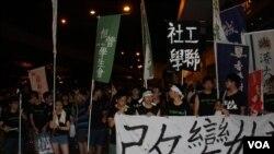 """港学联""""天下围城"""" 公民抗命游行至中联办"""