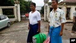 23일 석방된 윈 터(왼쪽)씨와 윈 흐라(오른쪽)씨기 버마 랑운 시의 인세인 정치범 수용소를 나오고 있다.