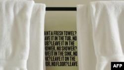 Khi vào phòng tắm, khách ở các khách sạn được nhắc nhở về việc bảo vệ môi trường bằng cách xài lại khăn đã dùng