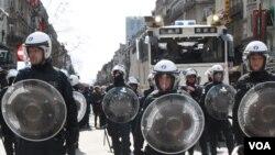 Cảnh sát chống bạo động dàn đội hình trong khi chầm chậm đẩy lùi những người biểu tình cánh hữu ra khỏi quảng trường ở Brussels, Bỉ, ngày 27 tháng 3, 2016. (H. Murdock/VOA)