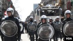 Polisi anti-huru-hara di pusat kota Brussels, Belgia (27/3). (VOA/H. Murdock/VOA)