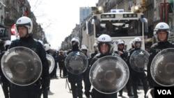 27일 벨기에 브뤼셀에 이민 반대 시위가 열린 가운데, 경찰이 시위대를 진압하기 위해 출동했다.