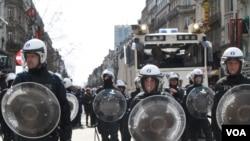 布鲁塞尔防暴警察缓步逼退右翼示威者(2016年3月27日)
