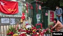 缅甸仰光民众2021年3月1日在街头为前一天遇难示威者献花(路透社)