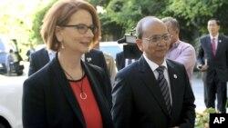 緬甸總統登盛(右)和澳大利亞總理吉拉德星期一在澳大利亞堪培拉議會大廈會晤