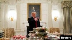 صدر ٹرمپ مہمانوں کی آمد سے قبل میڈیا کو کھانے کے بارے میں بتا رہے ہیں
