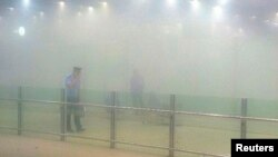 北京首都机场爆炸事件: 警察观察现场