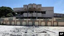 Jengo mojawapo lililoharibiwa na oparesheni ya anga ya NATO kwenye eneo la kiongozi wa Libya, Moammar Gadhafi