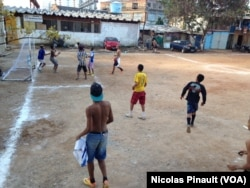 Trẻ em chơi bóng ở khu nhà ổ chuột Moinho