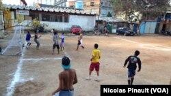 Des mineurs jouant au football